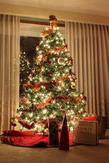 Műfenyők és girlandok karácsonyra