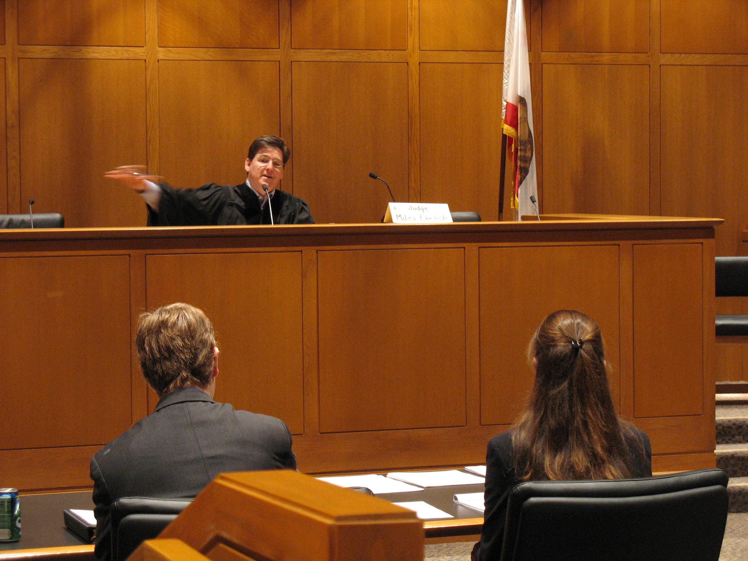 Tapasztalt védőügyvédek peres esetekhez